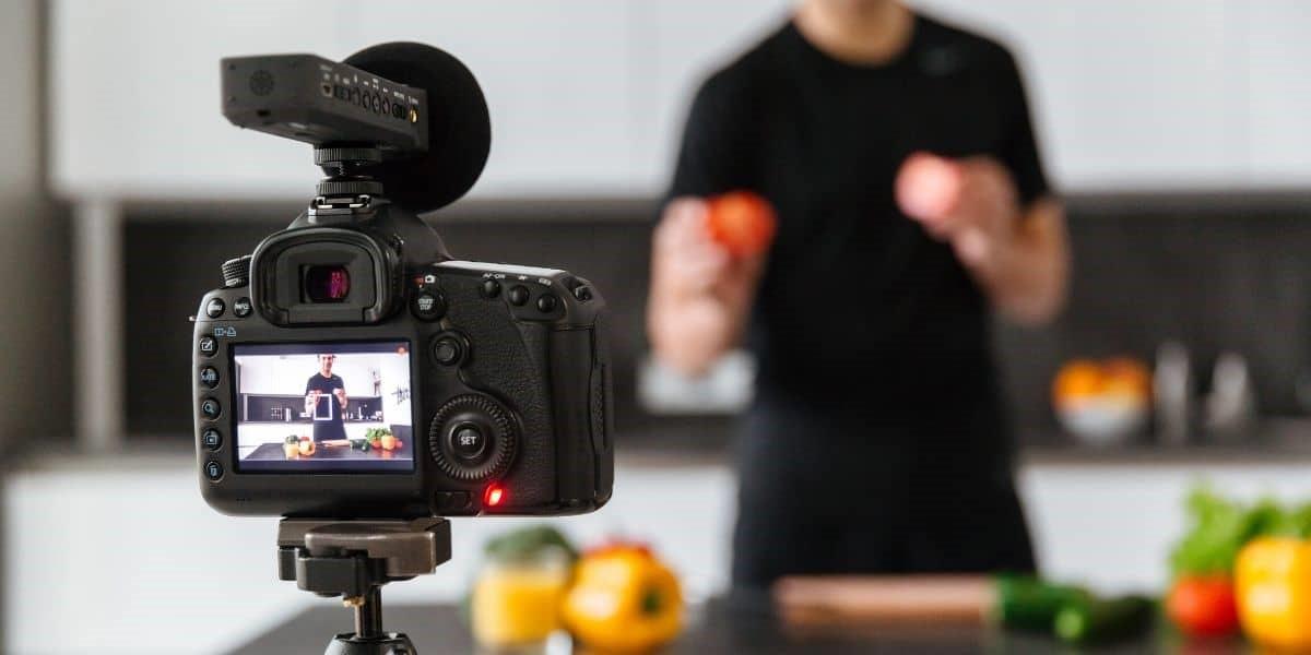 قابلیت نصب میکروفن برای دوربین ولاگ